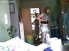 هوشمند دختر قرار دادن بر روی سینه بند سیاه و سفید