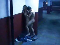 Blowjob و جنس در گاراژ عمومی
